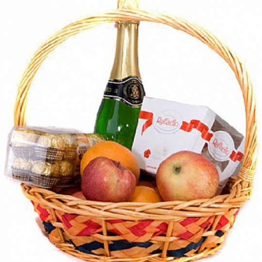 Fruit basket (4 kg) with chocolates and drink